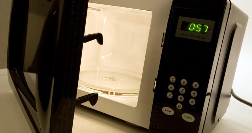 como-limpar-o-microondas-da-maneira-correta